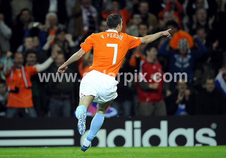 **ALL ROUND PICTURES FROM SOLARPIX.COM**.**SYNDICATION RIGHTS FOR UK AND SPAIN ONLY**.Euro 2008, European Championship 2008, Group C, Match 14, Netherlands vs France, Stade de Suisse, Bern, Switzerland. 13 June 2008. The match ended 4-1 for the Netherlands..This pic: Robin van Persie ..JOB REF: 6647 CPR/Torsten Silz       .DATE: 13_06_2008.**MUST CREDIT SOLARPIX.COM OR DOUBLE FEE WILL BE CHARGED* *UNDER NO CIRCUMSTANCES IS THIS IMAGE TO BE REPRODUCED FOR ANY ONLINE EDITION WITHOUT PRIOR PERMISSION*