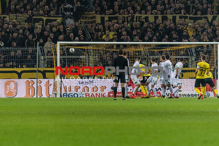 05.02.2019, Signal Iduna Park, Dortmund, GER, DFB-Pokal, Achtelfinale, Borussia Dortmund vs Werder Bremen<br /><br />DFB REGULATIONS PROHIBIT ANY USE OF PHOTOGRAPHS AS IMAGE SEQUENCES AND/OR QUASI-VIDEO.<br /><br />im Bild / picture shows<br />Tor 1:1, Marco Reus (Dortmund #11) mit Torschuss und Treffer zum 1:1 Ausgleich kurz vor der Halbzeitpause, <br /><br />Foto © nordphoto / Ewert