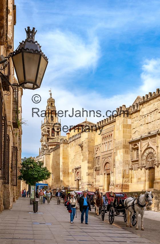 Spanien, Andalusien, Córdoba: Pferdekutschen warten neben der Mezquita auf Touristen fuer eine Stadtrundfahrt, Glockenturm Torre del Alminar im Hintergrund | Spain, Andalusia, Córdoba: horse drawn carriages next to Mezquita waiting for tourists, bell tower Torre del Alminar (background)