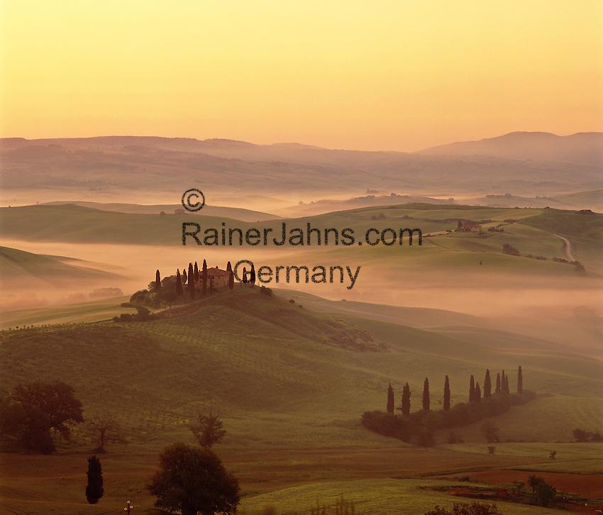 Italy, Tuscany, near San Quirico d'Orcia: Misty Tuscan scenery   Italien, Toskana, bei San Quirico d'Orcia: mystische, typisch toskanische Landschaft