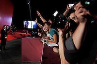 Venezia: una ragazza urla per richiamare l'attenzione di William Defoe  durante il red carpet della sessantottesima mostra del cinema di Venezia