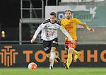 2015-10-24 / voetbal / seizoen 2015-2016 / Oosterzonen - Bocholt / Simon Vermeiren (r) (Oosterzonen) probeert Carlo Palmans (l) (Bocholt) te stoppen.
