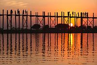 Myanmar, (Burma), Mandalay-Division, Amarapura, bei Mandalay: U Bein's Bridge on Taungthaman Lake at sunset | Myanmar (Birma), Mandalay-Division, Amarapura, bei Mandalay: U Bein's Bridge am Taungthaman Lake bei Sonnenuntergang