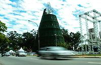 ATENCAO EDITOR IMAGEM EMBARGADA PARA VEICULOS INTERNACIONAIS -  SAO PAULO, SP, 30 NOVEMBRO 2012 - ARVORE DE NATAL PARQUE DO IBIRAPUERA - Operarios trabalham na montagem da arvore de natal do Parque do Ibirapuera na manhã desta sexta-feira (30), na regiao sul de São Paulo reúne familiares de vítimas diretas da violência, organizações do movimento negro, movimentos sociais do campo e da cidade, cursinhos comunitários, sindicatos, associações, saraus periféricos, posses de hip-hop, imprensa alternativa, partidos de esquerda e outras entidades representativas da sociedade civil. (FOTO: AMAURI NEHN / BRAZIL PHOTO PRESS).