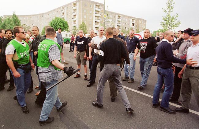 Mehr als tausend Rechtsextremisten von der NPD, sogenannten Freien Kameradschaften und Skinheads demonstrierten auf einer Kundgebung in Berlin-Hellersdorf unter dem Motto Arbeit zuerst fuer Deutsche. Eine Demonstration durch das Ostberliner Plattenbauviertel wurde von den Gerichten untersagt.<br /> Hier: Polizeibeamte der Einheit &quot;Politisch motivierte Strassengewalt&quot; gehen gegen Neonazis vor, die versuchten Gegendemonstranten anzugreifen.<br /> 1.5.2000, Berlin<br /> Copyright: Christian-Ditsch.de<br /> [Inhaltsveraendernde Manipulation des Fotos nur nach ausdruecklicher Genehmigung des Fotografen. Vereinbarungen ueber Abtretung von Persoenlichkeitsrechten/Model Release der abgebildeten Person/Personen liegen nicht vor. NO MODEL RELEASE! Nur fuer Redaktionelle Zwecke. Don't publish without copyright Christian-Ditsch.de, Veroeffentlichung nur mit Fotografennennung, sowie gegen Honorar, MwSt. und Beleg. Konto: I N G - D i B a, IBAN DE58500105175400192269, BIC INGDDEFFXXX, Kontakt: post@christian-ditsch.de<br /> Bei der Bearbeitung der Dateiinformationen darf die Urheberkennzeichnung in den EXIF- und  IPTC-Daten nicht entfernt werden, diese sind in digitalen Medien nach &sect;95c UrhG rechtlich gesch&uuml;tzt. Der Urhebervermerk wird gemaess &sect;13 UrhG verlangt.]