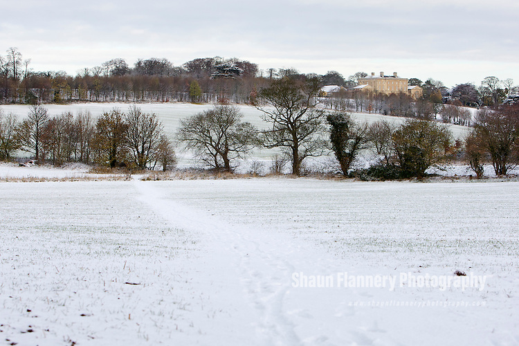 Pix: Shaun Flannery/shaunflanneryphotography.com...COPYRIGHT PICTURE>>SHAUN FLANNERY>01302-570814>>07778315553>>..27th November 2010...........Snowfall in the United Kingdom, November 2010..Cusworth Hall and Park, Doncaster.