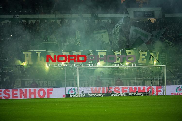 19.11.2017, Weser Stadion, Bremen, GER, 1.FBL SV Werder Bremen vs Hannover 96, im Bild<br /> <br /> <br /> Pyroshow Werder Bremen-Fans<br /> <br /> Foto &copy; nordphoto / Dostmann