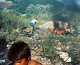 KOS / Kosovo /Mitrovica / 01.07.2009 / Kinder spielen in der Umgebung des Lagers Cesmin Lug wo der Müll verbrannt wird