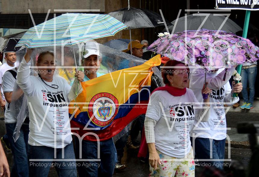 MEDELLÍN - COLOMBIA, 26-12-2012. Seguidores de Alvaro Uribe Velez, senador de Colombia, marcharon por las calles de Medellín en oposición al proceso de paz que el gobierno de Colombia lleva acabo en Cuba con la guerrilla de izquierda de las FARC./ Followers of Alvaro Uribe Velez, senator of Colombia,  marched through the streets of Medellin in opposition to the peace process that the government of Colombia takes place in Cuba with leftist guerrillas of the FARC.  Photo: VizzorImage/Luis Rios/STR