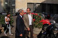 Luigi de Magistris insieme a Tommaso Sodano contestato da alcune sigle di exlavoratori , studenti si allontana dalla sede della Provincia senza aver votatoper Elezioni del consiglio della citta metropolitana di napoli