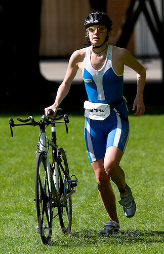 03 MAY 2009 - CALNE,GBR - Nicole Walters (Bath University) heads back into transition after the bike - BUCS Sprint Triathlon Championships '09. (PHOTO (C) NIGEL FARROW)