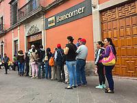 Querétaro, Qro. 30 de diciembre de 2016.- Notable incremento del turismo en el fin de año en la entidad. Las operaciones bancarias transcurren con normalidad aunque con una gran cantidad de usuarios esperando el servicio.