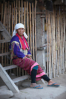 Myanmar, (Burma), Shan State, Kengtung: Palaung tribe woman with metal band around waist | Myanmar (Birma), Shan Staat, Kengtung: Frau des Palaung Volksstammes traegt ein metallenes Band um die Taille