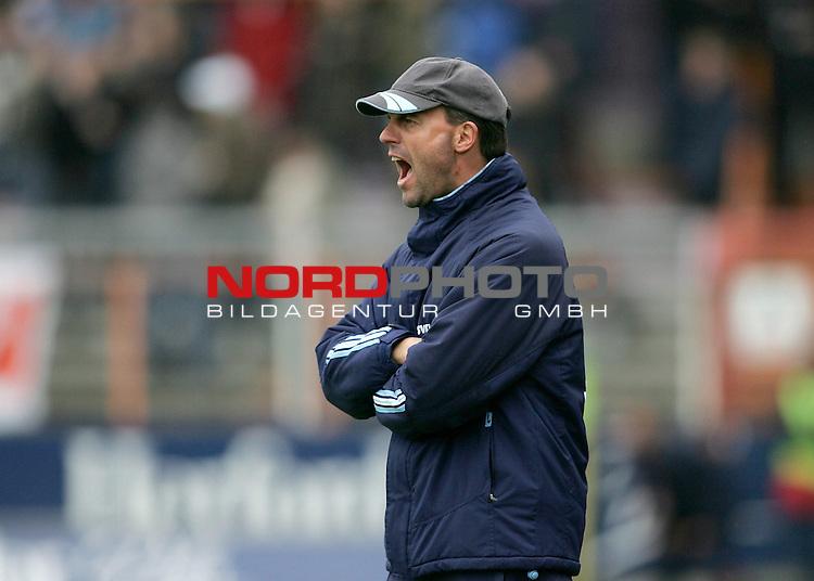 RLN 2005/2006 -  37. Spieltag - RŁckrunde, Osnatel-Arena<br /> VfL OsnabrŁck - BSV Kickers Emden.<br /> Trainer Marc Fascher (Emden) in Aktion an der Seitenlinie.<br /> Foto &copy; nordphoto