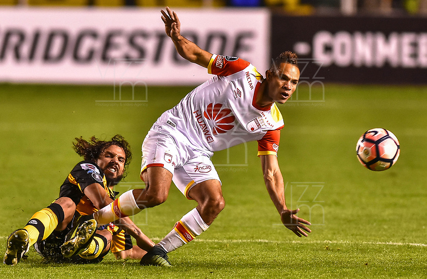 LA PAZ - BOLIVIA - 09 - 03 - 2017: Luis Martinelli (Izq.) jugador de The Strongest, disputa el balon con Anderson Plata (Der.) jugador de Independiente Santa Fe, durante partido entre The Strongest de Bolivia y el Independiente Santa Fe de Colombia, por la fase de grupos del grupo 2 de la fecha 1 por la Copa Conmebol Libertadores Bridgestone en el estadio Hernando Siles Suazo, de la ciudad de La Paz. / Luis Martinelli (L) player of The Strongest, figths for the ball with Anderson Plata (R) player of Independiente Santa Fe, during a match between The Strongest of Bolivia and Independiente Santa Fe of Colombia for the group stage, group 2 of the date 1 for the Conmebol Libertadores Bridgestone in the Hernando Siles Suazo Stadium in La Paz city. Photos: VizzorImage / Javier Mamani / APG / Cont.