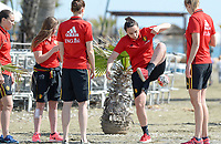 20180302 - LARNACA , CYPRUS :  Belgian Nicky Evrard (middle)  pictured during a Muscular warm up training session on the beach before a women's soccer game between The Belgian Red Flames and Spain , on friday 2 March 2018 on the CTO Beach in Larnaca , Cyprus . The game will be the second game in group B for Belgium during the Cyprus Womens Cup , a prestigious women soccer tournament as a preparation on the World Cup 2019 qualification duels. PHOTO SPORTPIX.BE | DAVID CATRY