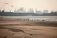 Europe/France/Nord-Pas-de-Calais/59/Nord/ Malo-les-Bains:  la plage et la mer du nord au fond les installations industrielles de Dunkerque