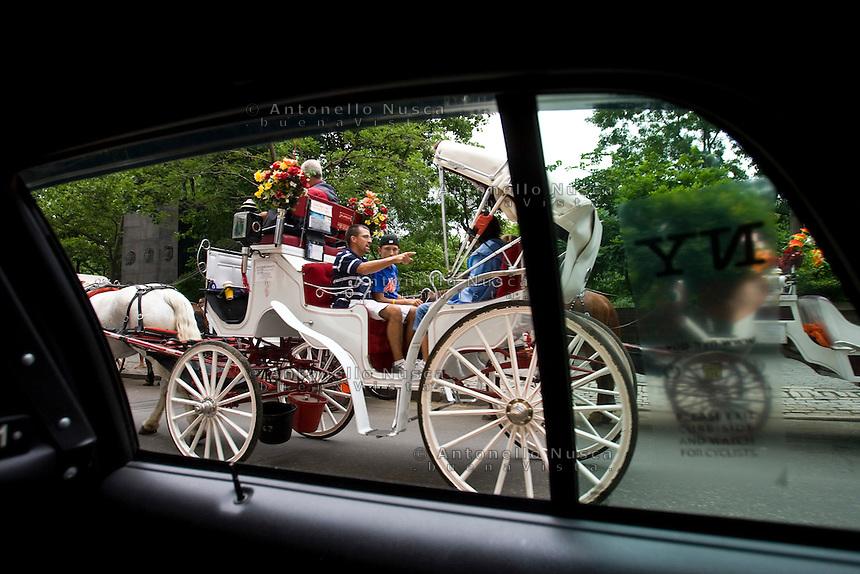 New York, Usa, Giugno 2007. Turisti su una tipica carrozza a cavalli nelle strade di New York.<br /> Turists on a tipical horse carriages in the centre of new York City.