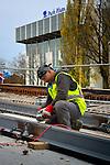 UTRECHT - In Utrecht werkt Van Boekel uit Zeeland aan het HOV-viaduct over de Van Sijpesteijnkade. In opdracht van de gemeente Utrecht verrijst een 52 meter lang betonnen viaduct op zes pijlers dat de huidige tramhalte aan de Jaarbeurszijde weer verbindt met het busstation aan de andere kant van het station. De doorlus wordt onderdeel van het tramnetwerk naar de Uithof, wat ongeveer 440 miljoen euro gaat kosten. Naar verwachting gaan de eerste tram halverwege december van deze baan gebruik maken. Wegens bezwaren van de naast de trambaan liggende NH-Hotel en Park Plaza heeft de bouw een half jaar vertraging opgelopen. COPYRIGHT TON BORSBOOM