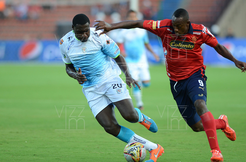 MEDELLÍN -COLOMBIA-15-02-2015. Juan Caicedo (Der) jugador de Independiente Medellín disputa el balón con Elkin Mosquera (Der) jugador de Jaguares FC durante partido por la fecha 4 de la Liga Águila I 2015 jugado en el estadio Atanasio Girardot de la ciudad de Medellín./ Juan Caicedo (R) player of Independiente Medellin fights for the ball with Elkin Mosquera (L) player of Jaguares FC during the match for the  second date of the Aguila League I 2015 at Atanasio Girardot stadium in Medellin city. Photo: VizzorImage/León Monsalve/STR