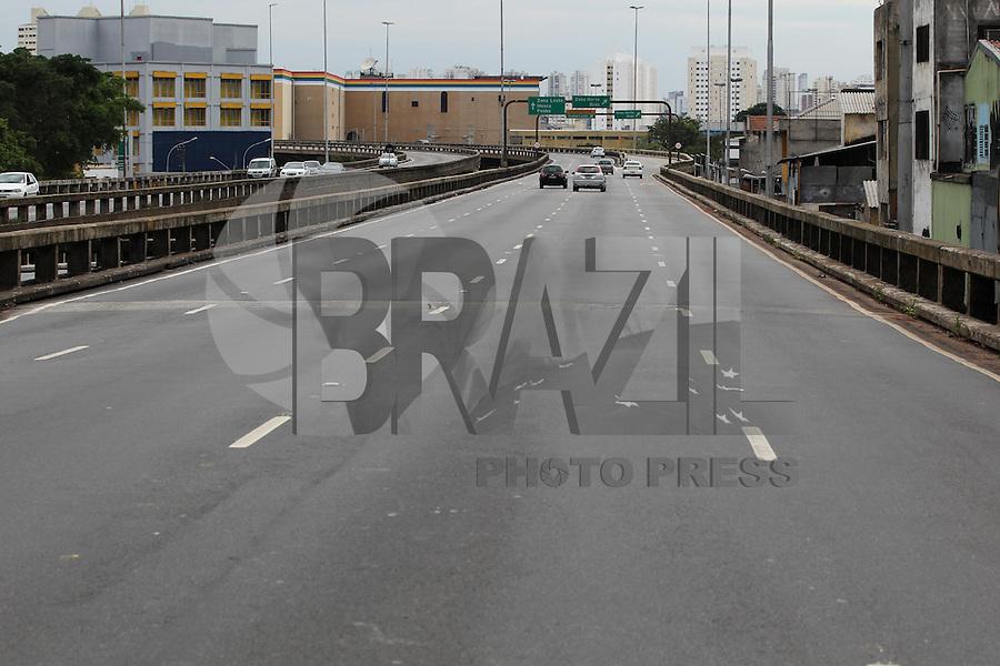 FOTO EMBARGADA PARA VEICULOS INTERNACIONAIS. SÃO PAULO, SP, 30/12/2012, RUAS VAZIAS. Com o feriado prolongado do Reveillon, as ruas em São Paulo estão praticamente vazias nesse Domingo (30) Luiz Guarnieri/ Brazil Photo Press