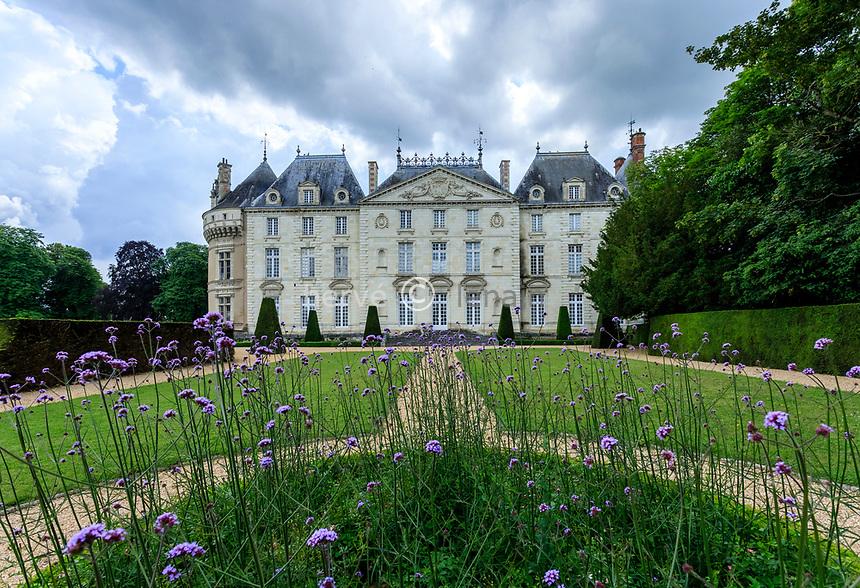 France, Sarthe (72), Le Lude, château et jardins du Lude, la façade Est du château le jardin de l'Éperon, verveine de Buenos-Aires devant