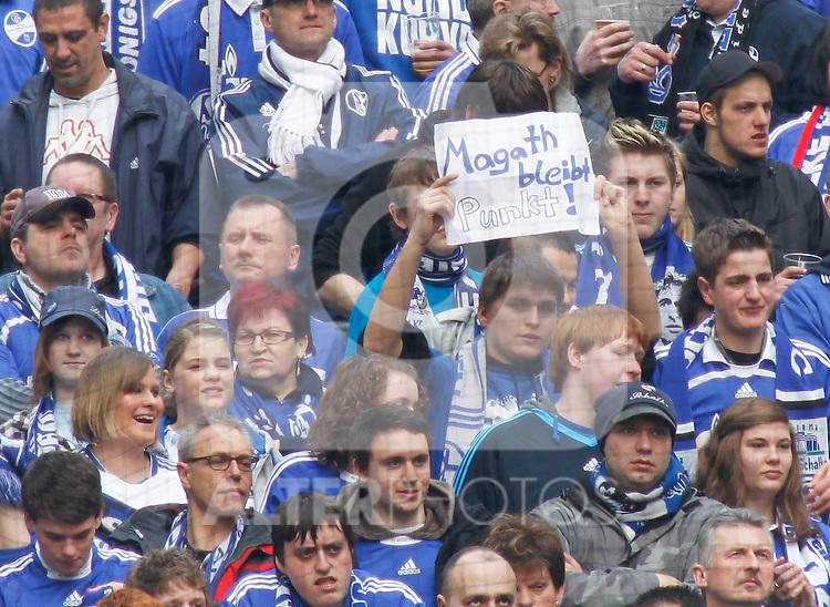 """26.02.2011, Veltins Arena, Gelsenkirchen, GER, 1.FBL, FC Schalke 04 vs Eintracht Frankfurt, im Bild Schalke-Fan mit Schild in der Hand: """"Magath bleibt"""", in der Nordkurve, Foto © nph / Scholz"""