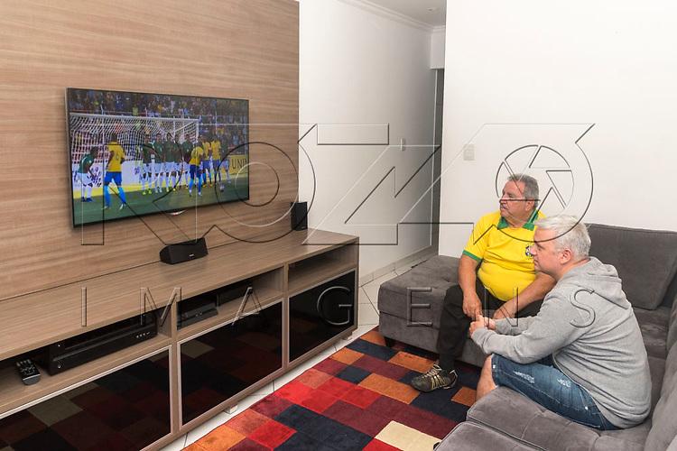 Pessoas assistindo uma partida ao vivo de futebol entre Bolívia x Brasil, realizado em Lapaz - Bolívia, São Paulo - SP, 10/2017.