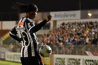 ATENÇÃO EDITOR: FOTO EMBARGADA PARA VEÍCULOS INTERNACIONAIS - SÃO PAULO, SP, 29 DE SETEMBRO DE 2012 - CAMPEONATO BRASILEIRO - PORTUGUESA x ATLÉTICO MINEIRO: Ronaldinho durante partida Portuguesa x Atlético Mineiro, válida pela 27ª rodada do Campeonato Brasileiro de 2012 no Estádio do Canindé. FOTO: LEVI BIANCO - BRAZIL PHOTO PRESS