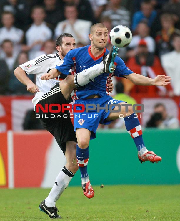 UEFA Euro 2008 Group B Klagenfurt - W&ouml;rthersee Match 11  Stadion Woerthersee<br /> Kroatien ( CRO ) - Deutschland ( GER ) 2:1 ( 1:0)<br /> <br /> Christoph Metzelder ( Germany  / Verteidiger / Defender / Real Madrid #21) gegen  Mladen Petric ( Croatia / Angreifer / Forward / Borussia Dortmund #21 ) <br /> <br /> Foto &copy; nph (  nordphoto  )<br /> <br /> <br /> <br />  *** Local Caption ***