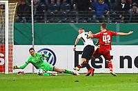 Marius Wolf (Eintracht Frankfurt) bereitet gegen Rene Adler (1. FSV Mainz 05) und Alexander Hack (1. FSV Mainz 05) das 1:0 vor - 07.02.2018: Eintracht Frankfurt vs. 1. FSV Mainz 05, DFB-Pokal Viertelfinale, Commerzbank Arena