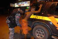 Pela noite policiais militares detem dois trabalhadores e apreendem um facão. Dia seguinte ao confronto entre madeireiros e Policiais militares a cidade começa a voltar ao normal, mas mostram as marcas da violência. como carro queimado durante os protestos. durante o dia de ontem vários confrontos  se espalharam pela cidade de Tailândia. Após apreensão madeireira de mais de 10000 metros cúbicos que deveriam ser levadas para Belém pelos fiscais da Sema que sairam da cidade após serem detidos por madeireiros.<br /> Em uma operação iniciada na última segunda feira as 7:30 horas da manhã nos arredores de Tailândia(sul do Pará), cerca de 120 homens com 30 viaturas,  da Polícia Militar do estado do Pará, polícia civil e agentes do Ibama medem toras de madeira na madeireira Catarinense, suspeita de iregularidade. Durante a operação já foram apreendidas cerca de 10.000 mts cúbicos de espécimes diversas como Jatobá, Mata mata e angelim  com 4 prisões. Até agora seis serrarias uma carvoaria e uma mineradora(areia) já foram autuadas.<br /> Tailândia Pará Brasil<br /> 20 02 2008<br /> Foto Paulo  Santos