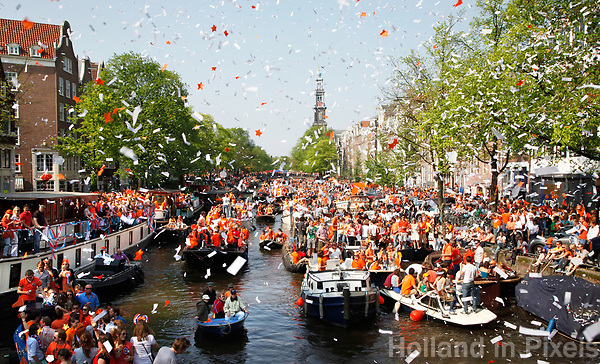 Nederland - Amsterdam - 2011.   Koningsdag op de grachten in Amsterdam.  Foto Berlinda van Dam / Hollandse Hoogte.