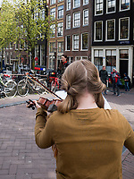 M&auml;dchen mit Geige, K&ouml;nigstag am Oudezijdrs Vorburgwal, Amsterdam, Provinz Nordholland, Niederlande<br /> Girl with violin  Kings day at Gracht Oudezijdrs Vorburgwal , Amsterdam, Province North Holland, Netherlands