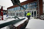 UTRECHT - In de sneeuw wordt geprobeerd een lading glasplaten te transporteren voor afbouw van de door Slingerland Bouw gebouwde Brede School. In het in opdracht van de gemeente Utrecht gebouwde complex komen drie basisscholen, twee gymzalen en een kinderopvang. Het gebouw krijgt energiezuinige verwaming, door middel van een zgn lange termijn energie opslag in de bodem. Tevens komt er daglichtafhankelijke verlichting en een groen dak met beplanting. De Brede school wordt inhet voorjaar van 2013 opgeleverd. COPYRIGHT TON BORSBOOM