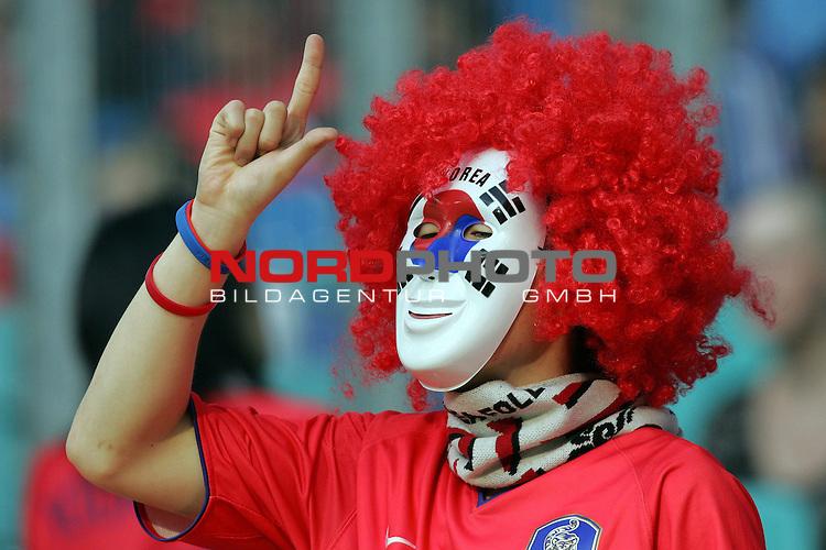 FIFA WM 2006 -  Gruppe D  Vorrunde ( Group D )<br /> Play   #29 (18-Jun) - Frankreich - Korea<br /> <br /> Fan von Korea mit Gesichtsmaske und Per&uuml;cke.<br /> <br /> Foto &copy; nordphoto