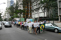 ATENÇÃO EDITOR: FOTO EMBARGADA PARA VEÍCULOS INTERNACIONAIS. – SÃO PAULO - SP - 27 DE OUTUBRO 2012 – PASSEATA , pelas ruas de Higienópolis bairro nobre de São Paulo, aonde CAROLINE SILVA LEE, a estudante de 15 anos vitima de latrocínio na madrugada de domingo (21). A concentração foi na Praça Buenos Aires e foi até o local aonde a estudante foi morta e acompanhada por moradores do bairro. FOTO: MAURICIO CAMARGO / BRAZIL PHOTO PRESS