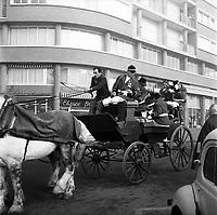 Défilé de la Saint-Hubert, patron des chasseurs,le 3 Novembre 1963. <br /> <br /> Vue d'une cariole pour le défilé