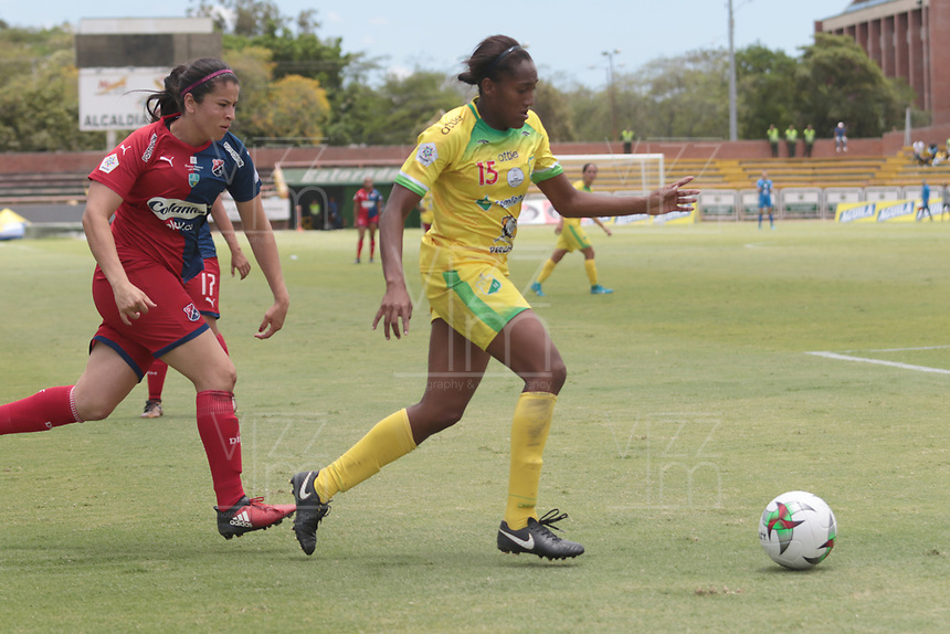 NEIVA - COLOMBIA, 07-09-2019:Daniela Caracas jugadora del Atlético Huila disuta el balón con el Independiente Medellín. Atlético Huila y Independiente Medellin en partido de ida por la semifinal de la Liga Femenina Águila 2019 jugado en el estadio Guillermo Plazas Alcid de la ciudad de Neiva. / Daniela Caracas player of Atletico Huila fights the ball agaisnt of Independiente Medellin. Atletico Huila and Independiente Medellin in first leg match for the semifinal of the Aguila Women League 2019 played at Guillermo Plazas Alcid in Neiva city. photo: VizzorImage / Sergio Reyes / Cont