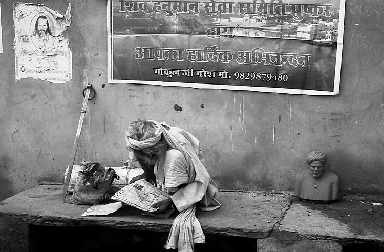 11.2010 Pushkar (Rajasthan)<br /> <br /> Sadhu pilgrim reading newspaper during the holy pilgrimage of kartik purnima.<br /> <br /> Sadhu pèlerin en train de lire le journal pendant le saint pèlerinage de kartik purnima.
