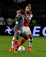 BOGOTA - COLOMBIA - 28 - 01 - 2018: Juan David Roa (Der.) jugador de Independiente Santa Fe disputa el balón con Yamilson Rivera (Izq.) jugador de America de Cali, durante partido entre Independiente Santa Fe y America de Cali, por el Torneo Fox Sports 2018, jugado en el estadio Nemesio Camacho El Campin de la ciudad de Bogota. / Juan David Roa (R) player of Independiente Santa Fe vies for the ball with Yamilson Rivera (L) player of America de Cali, during a match between Independiente Santa Fe y America de Cali, for the Fox Sports Tournament 2018, played at the Nemesio Camacho El Campin stadium in the city of Bogota. Photo: VizzorImage / Luis Ramirez / Staff.