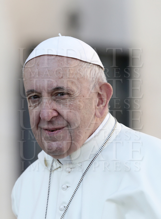 Papa Francesco arriva all'udienza generale del mercoledi' in Piazza San Pietro, Citta' del Vaticano, 10 ottobre, 2018.<br /> Pope Francis arrives to lead his weekly general audience in St. Peter's Square at the Vatican, on October 10, 2018. UPDATE IMAGES PRESS/Isabella Bonotto<br /> <br /> STRICTLY ONLY FOR EDITORIAL USE