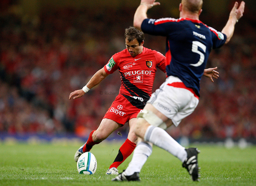 Photo: Richard Lane/Richard Lane Photography. .Munster v Toulouse. Heineken Cup Final. 24/05/2008. .Toulouse's Jean-Baptiste Elissalde kicks a drop goal.
