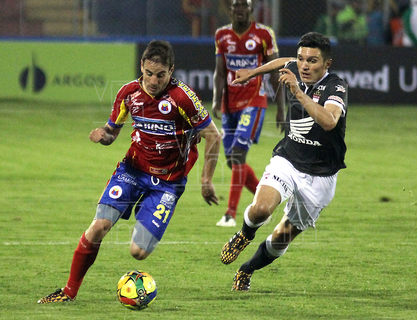 PASTO -COLOMBIA, 11-OCTUBRE-2014.Daniel Torres (Der)  del Independiente Santa fe disputa el balon con el Deportivo Pasto  partido de la fecha 14  de la Liga Postobon II 2014 jugado en el estadio Libertad de la ciudad de Pasto./ Daniel Torres  (R) of  Independiente Santa Fe  fights for the ball with Deportivo Pasto  during match valid for the 14th date of Postobon League II 2014 played at Libertad stadium in Pasto city. Photo: VizzorImage  / Leonardo Castro / Stringer
