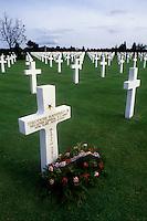 - Normandy, sites of allied landing of June 1944, US military cemetery of Colleville S.Mer, grave of the general Theodore Roosevelt junior....- Normandia, i luoghi degli sbarchi alleati del giugno 1944, cimitero militare USA di Colleville S.Mer, tomba del generale Theodoro Roosevelt junior