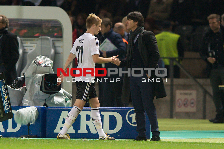 16.10.2012, Olympiastadion, Berlin, Deutschland, GER, WMQ, LS, Deutschland vs Schweden, im Bild Marco Reus (#21 GER, Borussia Dortmund), Joachim Jogi L&ouml;w / Loew (Bundestrainer / Trainer GER)<br /> <br /> Foto &copy; nph / Kurth *** Local Caption ***