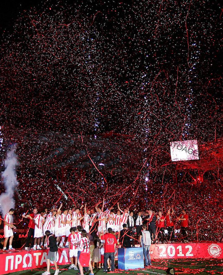 Fudbal.Olympiacos Vs. Crvena Zvezda.FC Olympiacos celebrate 39 championship title.Athens, 09.05.2012..foto: Srdjan Stevanovic/Starsportphoto ©
