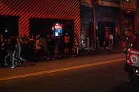 SÃO PAULO SP, 10.05.2015 - BLITZ-PSIU - Policiais Militares realizaram uma blitz do psiu na Rua Augusta na madrugada deste sábado onde alguns estabelecimentos foram lacrados pela PM na região central da cidade de São Paulo. (Foto: Renato Gizzi / Brazil Photo Press)