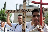MEX14 - CIUDAD DE MÉXICO (MÉXICO), 26/04/2011-. Un grupo de indocumentados y activistas procedentes del sur del país protesta hoy, martes 26 de abril de 2011, durante un acto celebrado en Ciudad de México, en el que solicitaron a la Cámara de Diputados la aprobación de una nueva ley migratoria avalada por el Senado el pasado 22 de febrero. EFE/Mario Guzmán