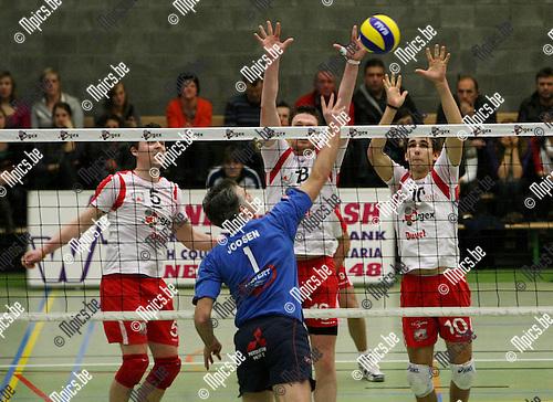 2010-02-20 / Volleybal / seizoen 2009-2010 / Puurs - Waasland / Joosen (Waasland) neemt het op tegen een Puurs 3-mans blok..Foto: mpics